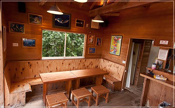 山小屋風の店内でレグルス特製日替わりパスタで昼食